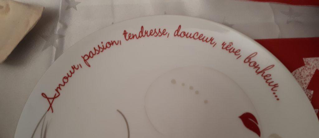 Assiette avec inscrit sur le bord : amour, passion, tendresse, douceur, rêve, bonheur ...