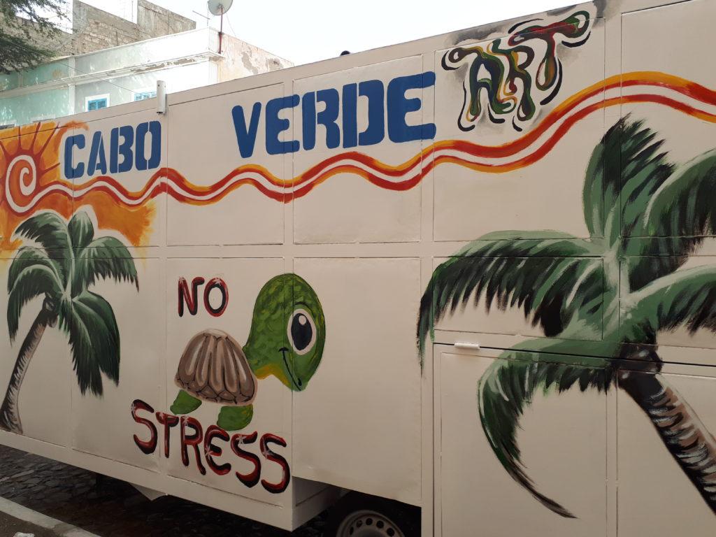 """Souvenir de vacances, art de la rue au Cap Vert : soleil, palmier, tortue et texte """"cabo verde no stress"""""""