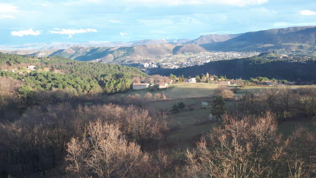 Vue de ma chambre au château de Liviers, sur Privas en contrebas et le massif du Vercors au loin