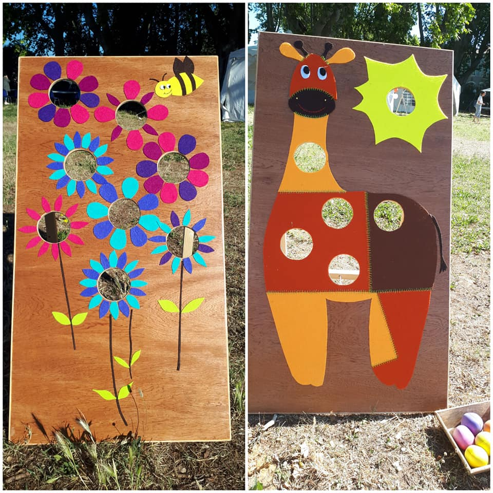 Deux photos de jeux de balles en bois décorés, l'un sous forme de bouquet de fleurs, l'autre degirafe