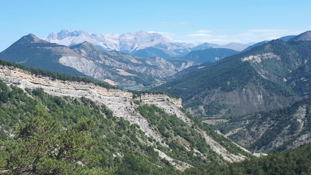 Photo d'une vue de montagne, sur la massif du Devoluy dans les Hautes-Alpes. Prise de vue à mi-parcours d'une randonnée : je suis montée, il reste la redescente à faire.