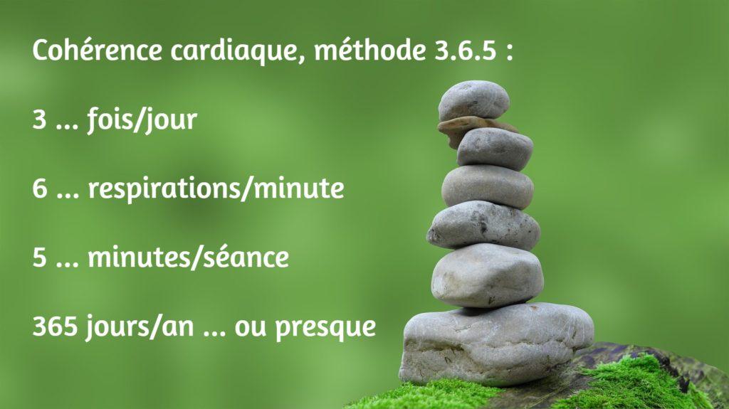 Mémo de la cohérence cardiaque, méthode 3.6.5 : 3 fois par jour, 6 respirations par minute, 5 minutes par séance, 365 jours par an (ou presques). Sur une image d'empilement de petites pierres.