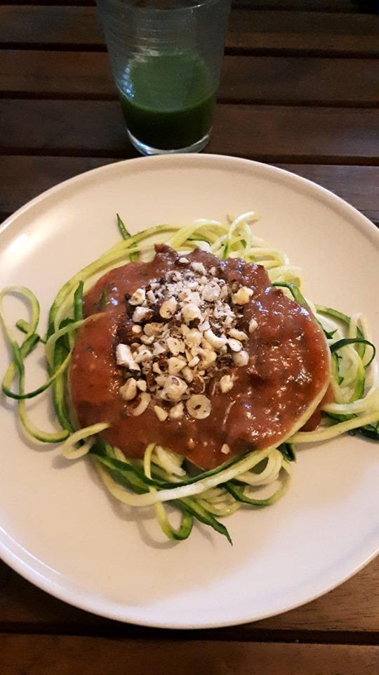 Manger cru ? Voilà à quoi cela peut ressembler, spaghetti de courgette sauce bolognaise crue et jus de légumes